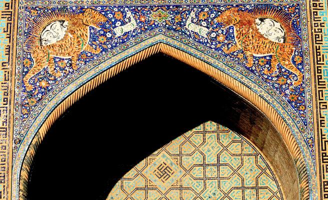 Auch hier das Sonnensymbol, die Swastika - das Hakenkreuz -. Eigentlich kommen figürliche Darstellungen im Islam nicht vor, daher steht der Portalschmuck der Sherdor-Medrese vielleicht noch unter vorarabischem, zoroastrischem Einfluss.