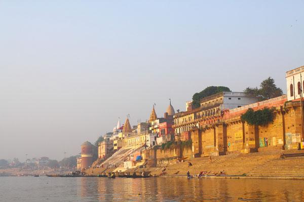 """An über 100 """"Ghats"""", den Badeplätzen am Fluss, haben die vielen Pilger die Möglichkeit zum rituellen Bad in der """"Mutter Ganga"""" oder die Asche der verstorbenen Verwandten rituell beizusetzen."""