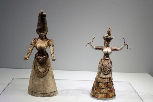 Die kleine Schlangengöttin-die beiden berühmten Figuren der minoischen Göttin der Erde mit den Schlangen, möglicherweise eine Muttergöttin und eine Tochter, sind exquisite Beispiele minoischer Miniaturskulptur.