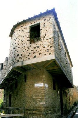 Im zweistöckigen Lupanar (Hurenhaus) übten die Prostituierten ihren Beruf aus. Der Preis für ihre Dienste  entsprach dem von 8 Kelchen Wein.