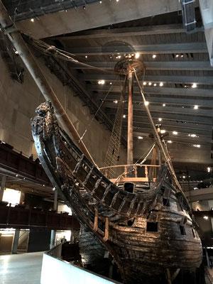 Das bedeutenste Museum der Stadt ist das Vasa-Museum. Das muss man gesehen haben! Wenn man eintritt in das Halbdunkel steht man ihr gegenüber. Die Vasa - fast 400 Jahre alt und zu 95% original, weltweit einzigartig.