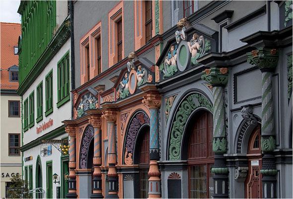 """Lucas Cranach d.Ä. - der Hofmaler der sächsischen Kurfürsten. Er hatte hier seine """"Malerstube"""" und arbeitete an dem berühmten dreiflügligen Altarbild für die Stadtkirche. Das auffällige, mit Säulen reich verzierte Gebäude wurde im Krieg stark beschädigt,"""