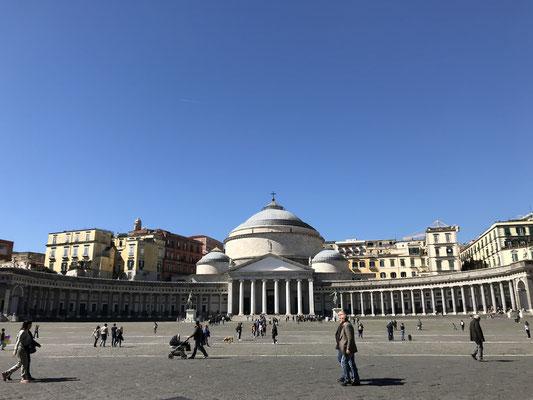 Dem gegenüber die dem Pantheon in Rom nachempfundene Kuppelkirche San Francesco di Paola