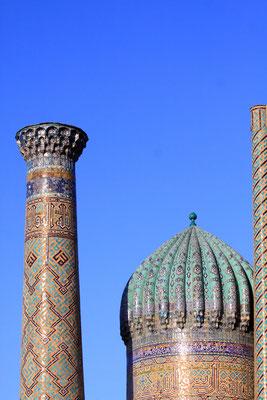 und schöne Majolika-Fliesen am Minarett und auf der Kuppel der Sherdor-Medrese.