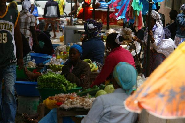 Der Markt ist Motor und Herzstück der Stadt und afrikanisch geprägt