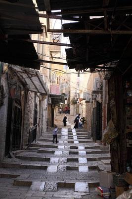 Jerusalem liegt auf mehreren Hügeln, deswegen ist auch in der Altstadt Treppensteigen angesagt.