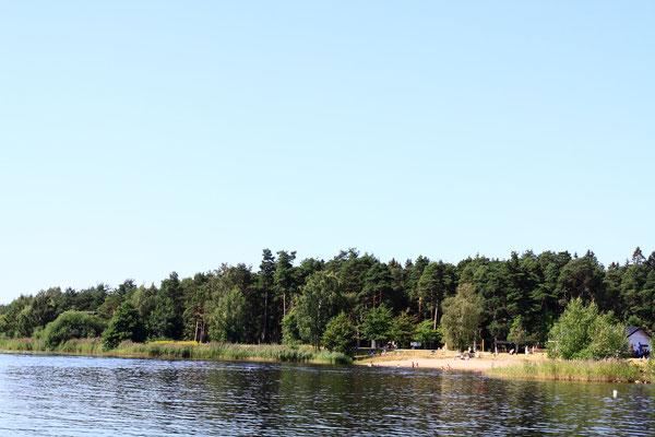 Dort wo der längste Fluss Schwedens in den größten See mündet, liegt Karlsbad. Durch einen Brand 1865 zerstört, ist ein Besuch nur wegen der schönen Strände und Bademöglichkeiten lohnenswert.