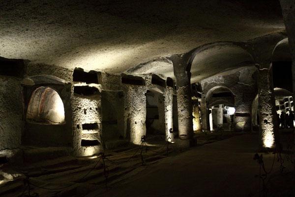 Etwa 7000 Tote wurden hier bestattet, später im 19. Jhdt. dann aber verbracht in die Cimitero delle Fontanelle