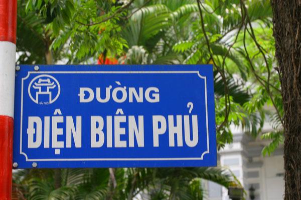 Duong Dien Bien Phu - Straße zum Mausoleum Ho-Chi-Minh`s zum Gedenken an den vernichtenden Sieg gegen die Franzosen 1954, welcher zum Ende der franz. Besatzung und zur Teilung Vietnams führte, im Norden kommunistisch, im Süden Militärherrschaft.