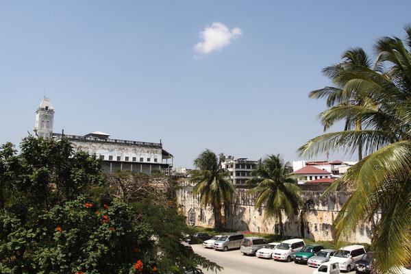 Sein europäisch anmutender Baustil geht auf einen britischen Baumeister zurück. Es ist das erste Gebäude mit Elektrizitätsversorgung in Sansibar war und das erste Gebäude in ganz Ostafrika, das über einen Aufzug verfügte.