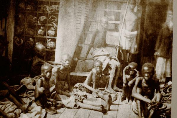 Historische Darstellung zur Situation der Ware Mensch auf den Sklavenschiffen.