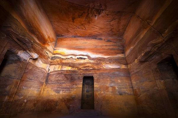Farbschattierungen des Sandsteins in den Grabkammern