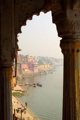 """Varanasi ist auch unter dem Begriff Benares bekannt und bedeutet """"Stadt zwischen 2 Flüssen"""".  Das Stadtgebiet von Varanasi wird durch die zwei Flüsse Varuna im Norden und Assi im Süden begrenzt, die hier in den Ganges münden."""
