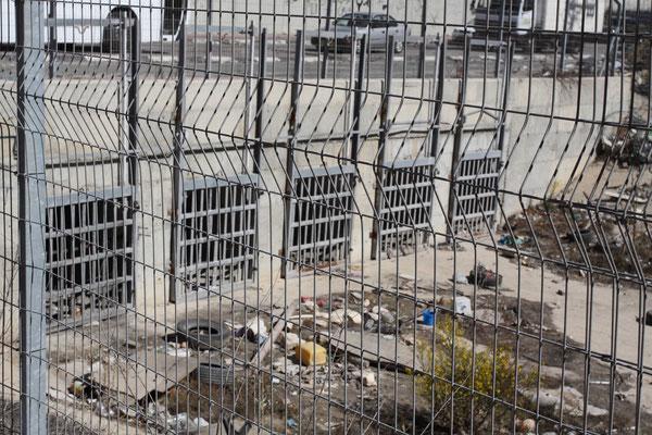 Als die Kinder eine Abkürzung durch die Kanalisation fanden, um zur Schule zu gelangen, wurde diese von Israel kurzerhand zugeschweißt