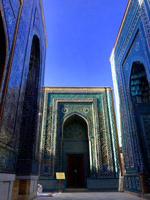 Ganz hinten in der Gräberstraße das älteste Gebäude, das Mausoleum Xo´ja Ahmad aus dem 14. Jhdt. Viele der Gebäude hier sind den Frauen Amir Timurs zugedacht, schließlich war er 18 mal verheiratet, aber auch Verwandten und Feldherren.