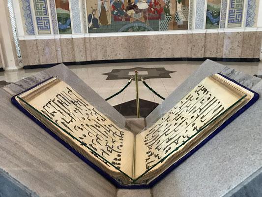 In ihm ist einer von insges. 5 je existierenden Exemplaren des ältestens Korans ausgestellt, des Osman-Korans. Der dritte Kalif Osman , ein Schwiegersohn Mohammeds, lässt den Koran im Jahr 653 neu kompilieren, das Original befindet sich in Medina.