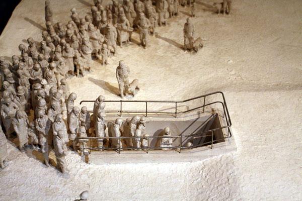 Miniaturdarstellung zum Tötungsablauf in Auschwitz