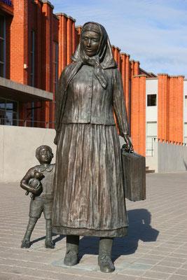 """Das """"Mariellchen"""" - Statue einer Flüchtlingsmutter mit Kind, zu sehen am Bahnhof Klaipedas"""
