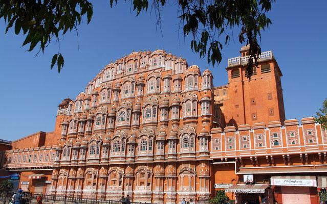 """Hawa Mahal- """"Palast der Winde"""" ist ein architektonisch außergewöhnliches Bauwerk in der Altstadt von Jaipur, Rajasthan; es ist ein Teil des riesigen Stadtpalasts der hiesigen Maharajas."""