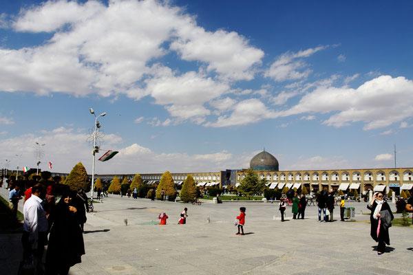 Der 150 m breite und 500 m lange Platz gehörte ebenfalls zur Palastanlage unter Shah Abbas I.