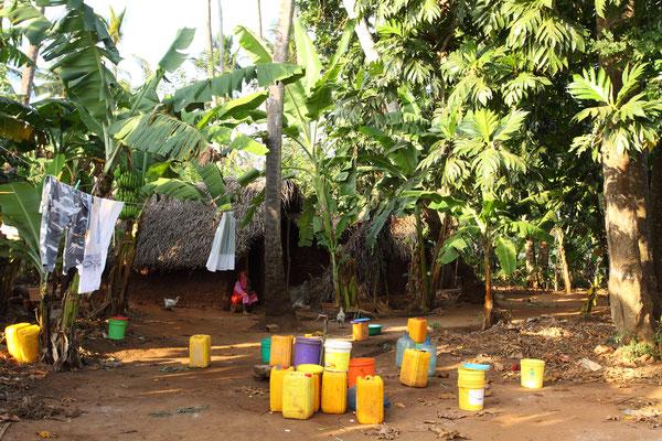 Palmendeckete Lehmhäuser in ocker, fließendes Wasser gibt es jedoch nicht.