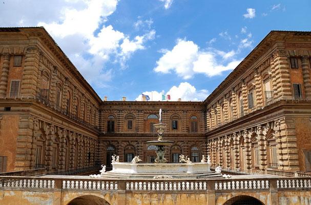 Der Palazzo Pitti ist ein Renaissance-Palast in Florenz im Stadtteil Oltrarno und ist das größte Gebäude dieses Stadtteils auf der südlichen Arnoseite. Das  Gebäude wurde um 1458 für den Kaufmann Luca Pitti erbaut
