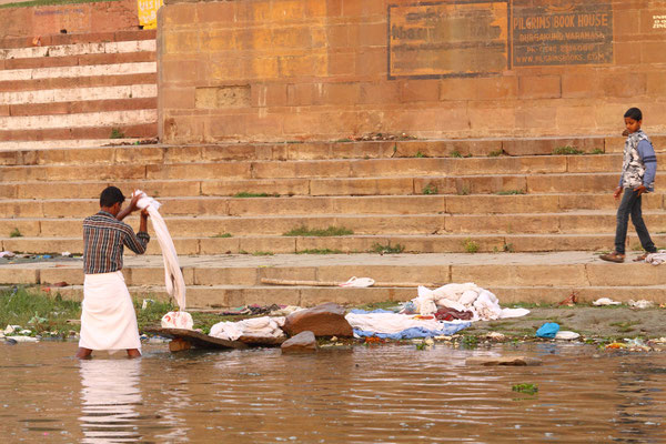 Einwohner von Varanasi baden in den Fluten des Ganges oder waschen ihre Kleidung im Gangeswasser. Für sie ist der heilige Ganges ihr ganz normales Leben.