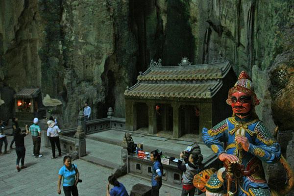 die berühmteste ist die Grotte Huyen Khong mit buddhistischer Wächterfigur