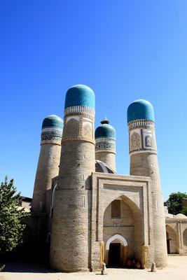 Die Moschee Chor Minor aus dem Jahr 1807 lehnt sich am Stil des Taj Mahal an. Das ungewöhnliche Bauwerk ist heute eines der Wahrzeichen Bucharas.