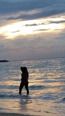 Mit dem Foto dieser badenden Inselschönheit verabschieden wir uns von einem unvergesslichen Traumurlaub.