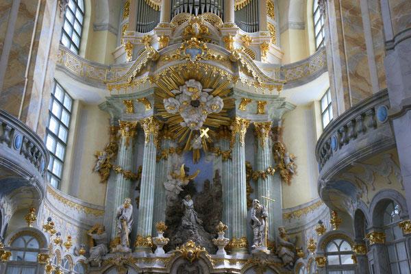 Der eigentliche Altar sein Kernstück, das nach dem Krieg eingemauert wurde, wurde aus den Trümmern der alten Frauenkirche geborgen und bewusst mit seinen Beschädigungen im Neubau wiederverwendet.