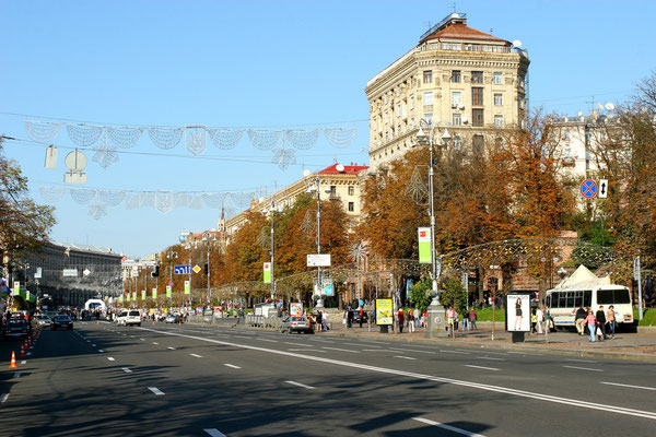 Die realsozialistische Prachtstraße Kreschtschatyk teilt den Platz in zwei Hälften, abends verwandelt sich der Boulevard in den längsten Laufsteg für Kiews Schönheiten.