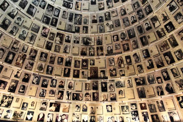 Hall of names: Ausgekleidete Kuppel mit Fotos und Dokumenten von 600 Ermordeten