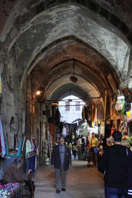 Die Gassen von Alt-Jerusalem sind orientalisch geprägt, man begegnet hier jedoch dem modernen Israel genauso wie den Ultraorthodoxen, arabischen Marktfrauen und armenischen Kindern - und natürlich Pilgern aus der ganzen Welt.