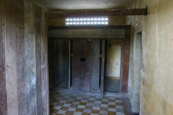 Deren Familienangehörige und alle anderen Insassen, von denen keine Bedeutsamkeit erwartet wurde, wurden in Minizellen von etwa 2 Quadratmetern untergebracht und an die Wand gekettet