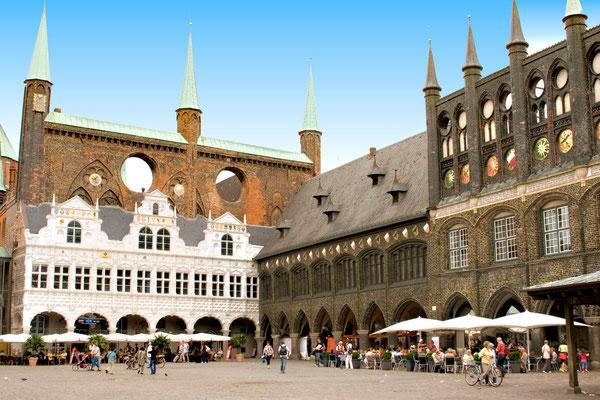Marktplatz mit Rathaus - das Ensembel ist Teil des UNESCO - Weltkulturerbes