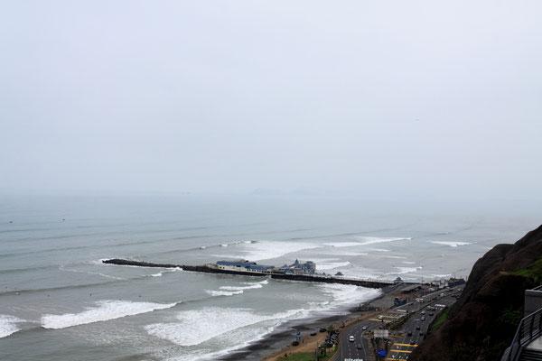 Am Steilhang zur Pazifikküste sind verschiedene Stadtteile durchgängig zu einer kilometerlangen Promenade komfortabel ausgebaut.  Von Mai bis September hüllt jedoch der Winternebel alles in nieseligen Dunst.