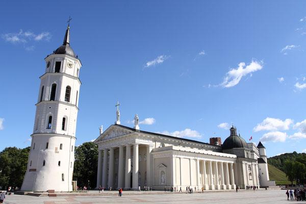 Stanislaus-Kathedrale von 1387 mit einer Fassade, die ein wenig an einen antiken Tempel erinnert. Der benachbarte Glockenturm war früher Festungsturm der Burganlage aus dem 13. Jhdt.