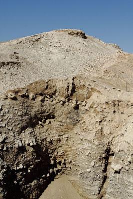 An deren Innenseite erhebt sich der Rest eines 9m hohen Steinturms aus dem Jahr um 7.500 v. Chr., der wohl älteste monumentale Steinbau der Welt - rd. 4000 Jahre älter als die Pyramiden von Gizeh.