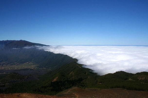 Im Osten stauen sich die Passatwolken an der Cumbre Nueva