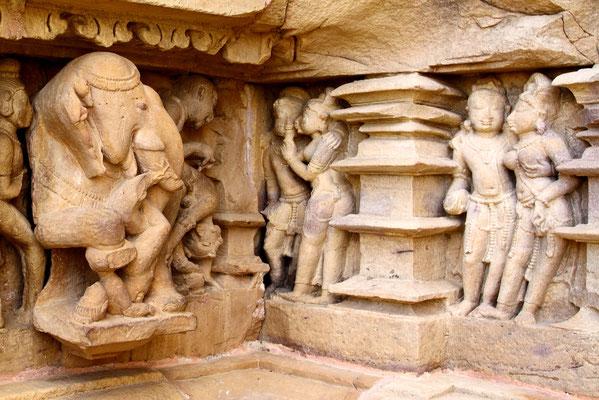 Viele Darstellungen zeigen Elefanten, die ihre Köpfe gerade ausgerichtet haben, nur dieser eine schaut nach links, um dem erotischen Treiben amüsiert zuzuschauen.