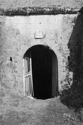 Eingang zu den Bunkeranlagen und unterirdischen Munitionsdepots - lebensgefährlich!