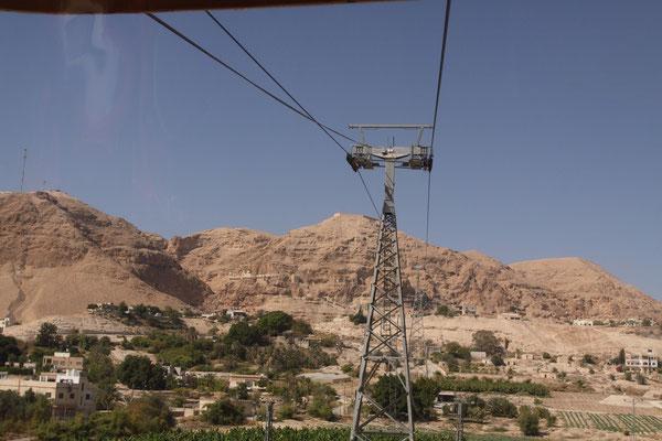 Mit der tiefsten Seilbahn der Welt (250m unter bis 20 m über Meeresspiegel) erreicht man der Berg der Versuchung
