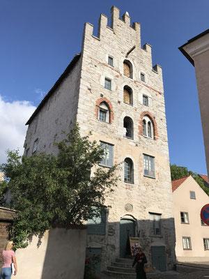 Viele historische Gebäude sind erhalten, besonders sehenswert, weil im Original erhalten, ist die Gamla Apoteket, die alte Apotheke.