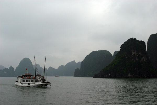 Ha-Long-Bucht, Weltnaturerbe der UNESCO seit 1994. Die spektakuläre Bucht ist Vietnams landschaftliches Juwel.