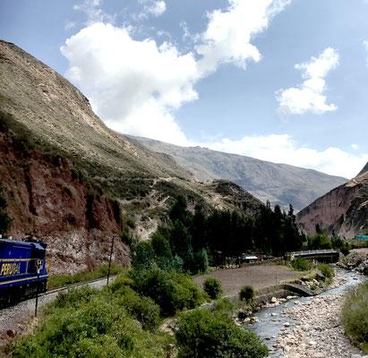 Entlang der Route begleitete uns der Urubamba-Fluss viele Kilometer lang bis zum Zielort Aguas Calientes, dem Ausgangspunkt nach Machu Picchu.