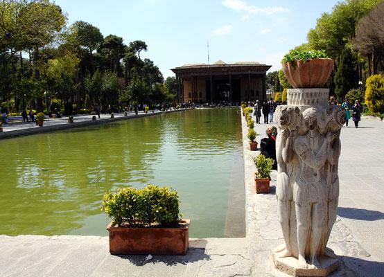Die Bedeutung Isfahans liegt in der Historie aus safawidischen Zeit begründet, die man durch verschiedene prächtige Sehehnswürdigkeiten erleben kann, wie sonst nirgendwo im Iran. Wie hier am Chehel Sotun-Palast  am Nachtigallenpark