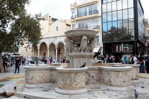 Bembo-Brunnen-ebenfalls venezianisch, erbaut 1588 unter Verwendung eines römischen Sarkophags mit Löwenstatue, im Hintergrund das römische Brunnenhaus.