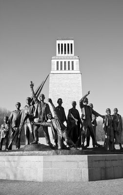 Mahnmal mit der weltberühmten Figurengruppe von Fritz Cremer am Glockenturm