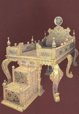 Der legendäre Pfauenthron, ein mit Blattgold überzogener Thronsessel, in den 26733 Edelsteine gefasst sind, 1739 aus einem Feldzug aus Indien erbeutet.